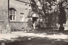 Anschuetzgebaeude-an-der-Schwentinemuendung-1938-Eingang-Planungs-und-Direktionstrakt-Dr-Hermann-Anschuetz-Heikendorfer-Weg-9-27