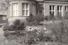 Anschuetzgebaeude-an-der-Schwentinemuendung-1938-Eingang-zum-Buero-Herrman-Anschuetz-am-Heikendorfer-Weg-9-27-Schwentineansicht