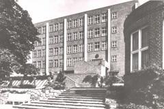 Anschuetzgebaeude-an-der-Schwentinemuendung-1938-Treppenaufgang-Schwentinemuendung-mit-Kompass-Rosette-ueber-dem-Portal-Heikendorfer-Weg-9-27-Schwentineansicht