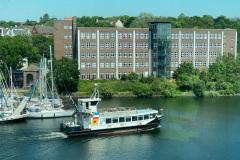 Blick-aus-dem-Panoram-Fenster-des-Geomar-Neubaus-an-der-Schwentinemuendung-auf-die-Schmerzklinik-Kiel
