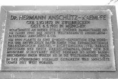 Denkmalplakette-zur-Entwicklung-der-Firma-Anschuetz-und-des-Kreiselkompasses