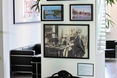 Foyer-der-Schmerzklinik-Kiel-mit-Kreiselkompass-und-Fotos-zu-dessen-Entwicklung