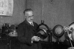 Hermann-Anschuetz-in-seinem-Labor-am-Heikendorfer-Weg-9-27-in-Kiel-Neumuehlen