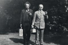 Hermann-Anschuetz-und-Albert-Einstein-am-Heikendorfer-Weg-9-27-in-Kiel-auf-dem-Weg-zum-Picknick
