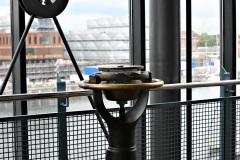 Kreiselkompass-im-Treppenhaus-der-Schmerzklinik-Kiel.-Im-Hintergrund-der-Geomar-Neubau