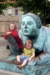 Kinder vor Statue